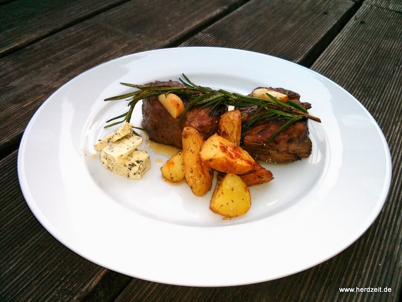 Steak mit Rosmarinkartoffeln und Kräuterbutter