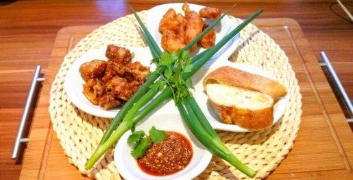 in Sesamteig gebackenes Fleisch und Gemüse mit Dip