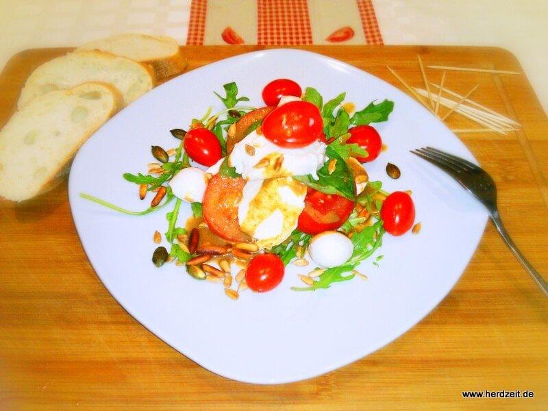 Bunter Salat mit Mozzarella und Balsamico-Vinaigrette