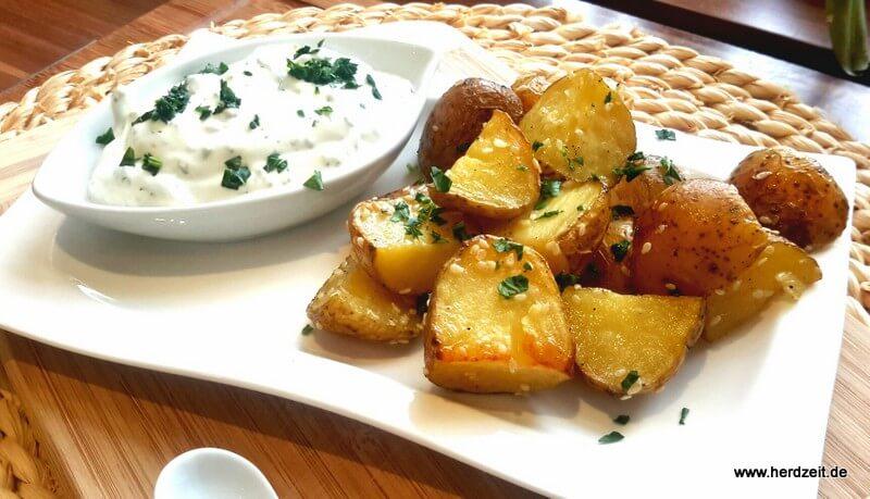 Gebackene Sesam-Kartoffeln mit Kräuterquark
