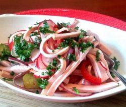 Salat mit Leberkäse