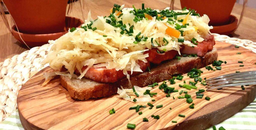 Leberkäsebrot mit Sauerkraut