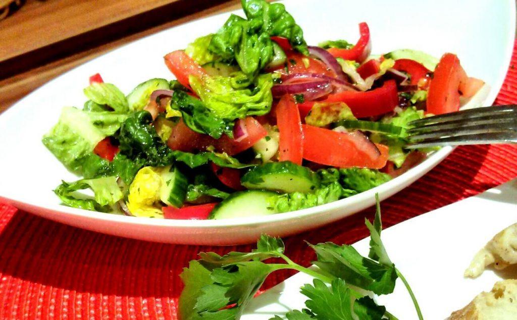 Orientalisch gewürzter Sommersalat