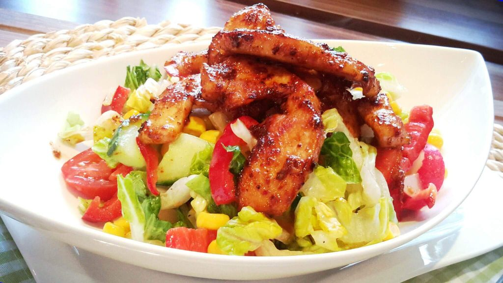 Feuriger Sommersalat mit Balsamico Honig Dressing und Hähnchenbrustfilet