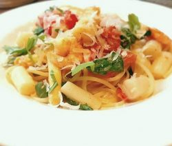 Spargel Pasta mit Rucola und Garnelen