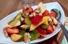 Obstsalat mit Erdbeeren und Walnüssen