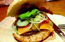 Selbstgemachter Burger mit Avocado Creme