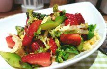 Spargel Erdbeer Salat mit karamelisiertem Balsamico Dressing