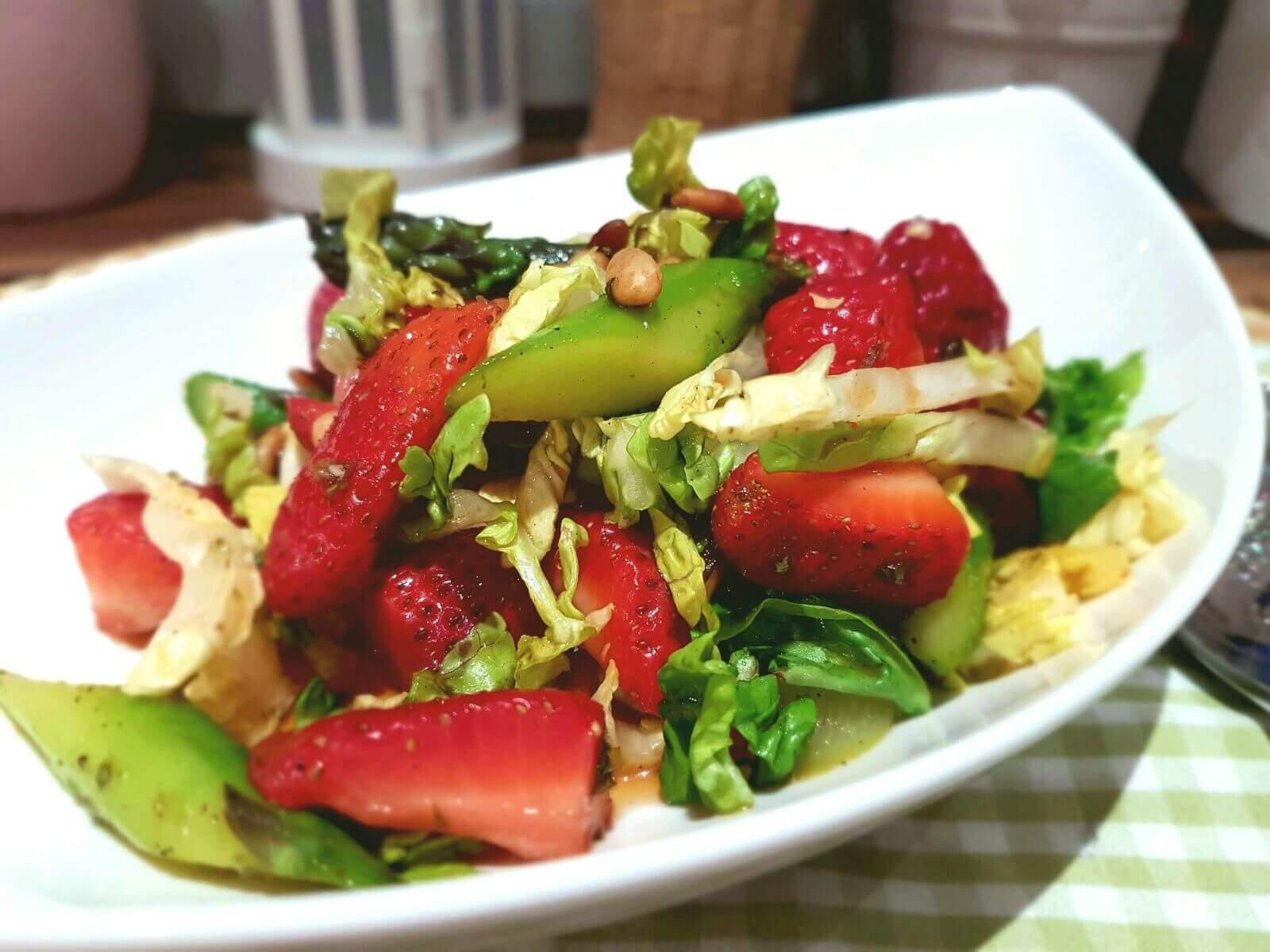 spargel erdbeer salat mit karamelisiertem balsamico dressing. Black Bedroom Furniture Sets. Home Design Ideas
