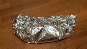 Schmorzwiebeln in Alufolie gewickelt im Ofen warmhalten
