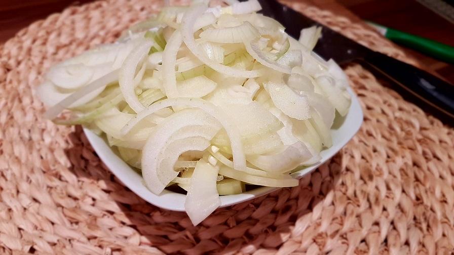 Zwiebeln in Halbringe geschnitten für Schmorzwiebeln