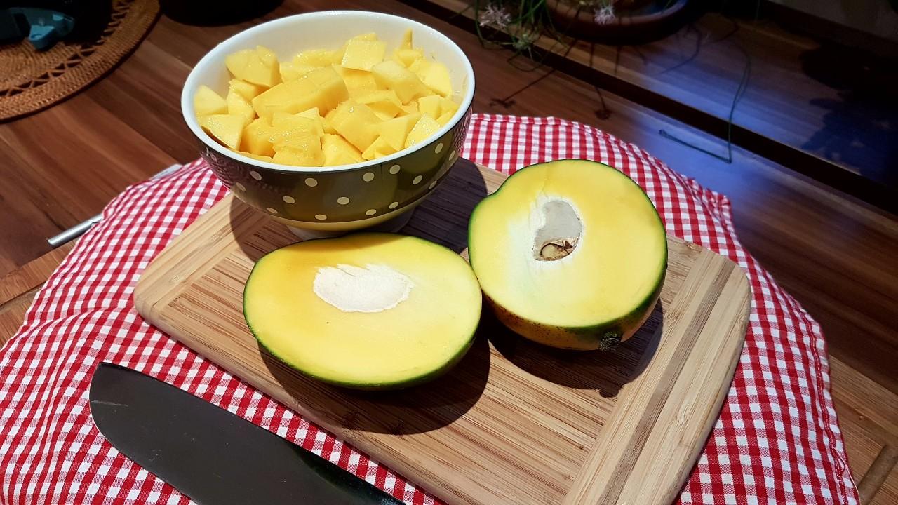 Mango-grob-in-Würfel-schneiden