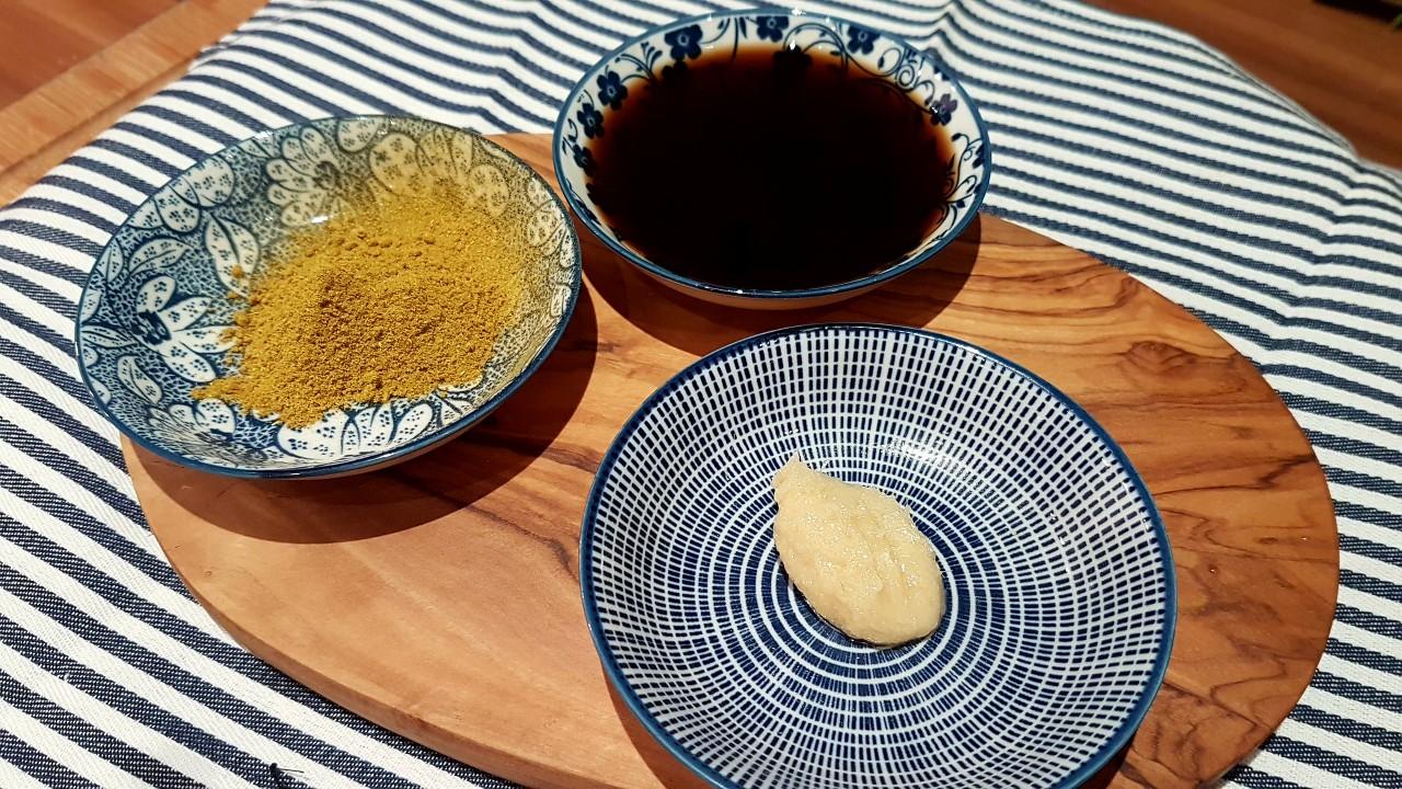 Mit-Curry-Soja-Sauce-Zitronengraspaste-würzen-