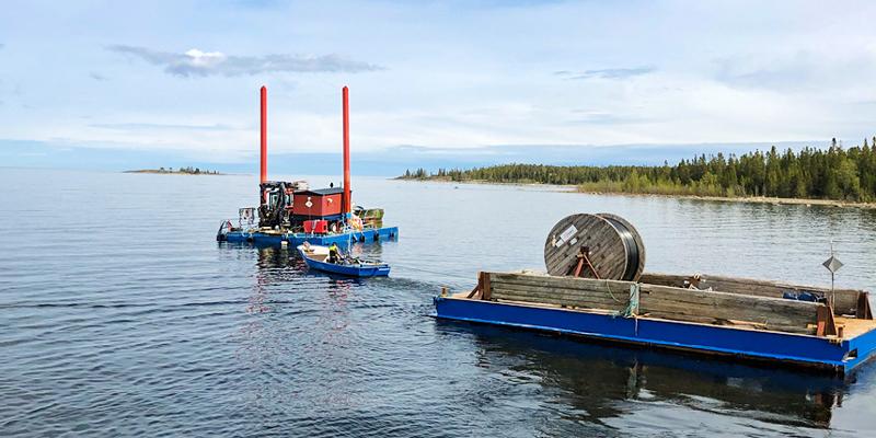 Stationen fraktades från hamnen i Umeå ombord en pråm, det tillsammans med ungefär tre kilometer kabel. Det var viktigt att det var bra väder den aktuella dagen, så att färden över gick lugnt till.