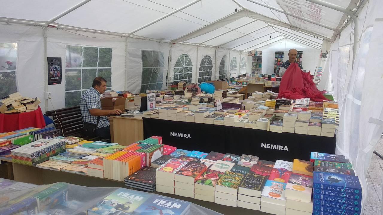 Zilele Targovistei - squarul primariei 19-09-06 - Expozantii de carte