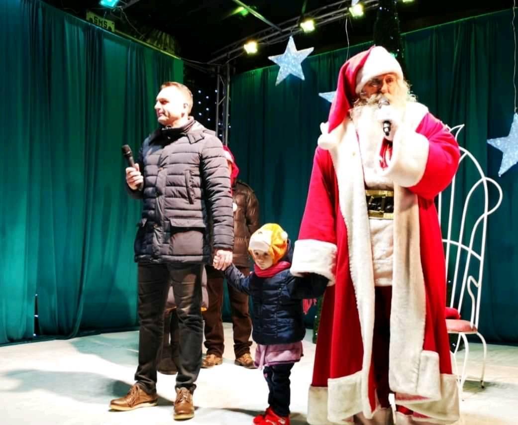 Santa is coming to town 2019 19-12-13 - Piata Migai Viteazu, Targoviste il primeste pe mos ... Primarul orasului il intampina alaturi de copii.