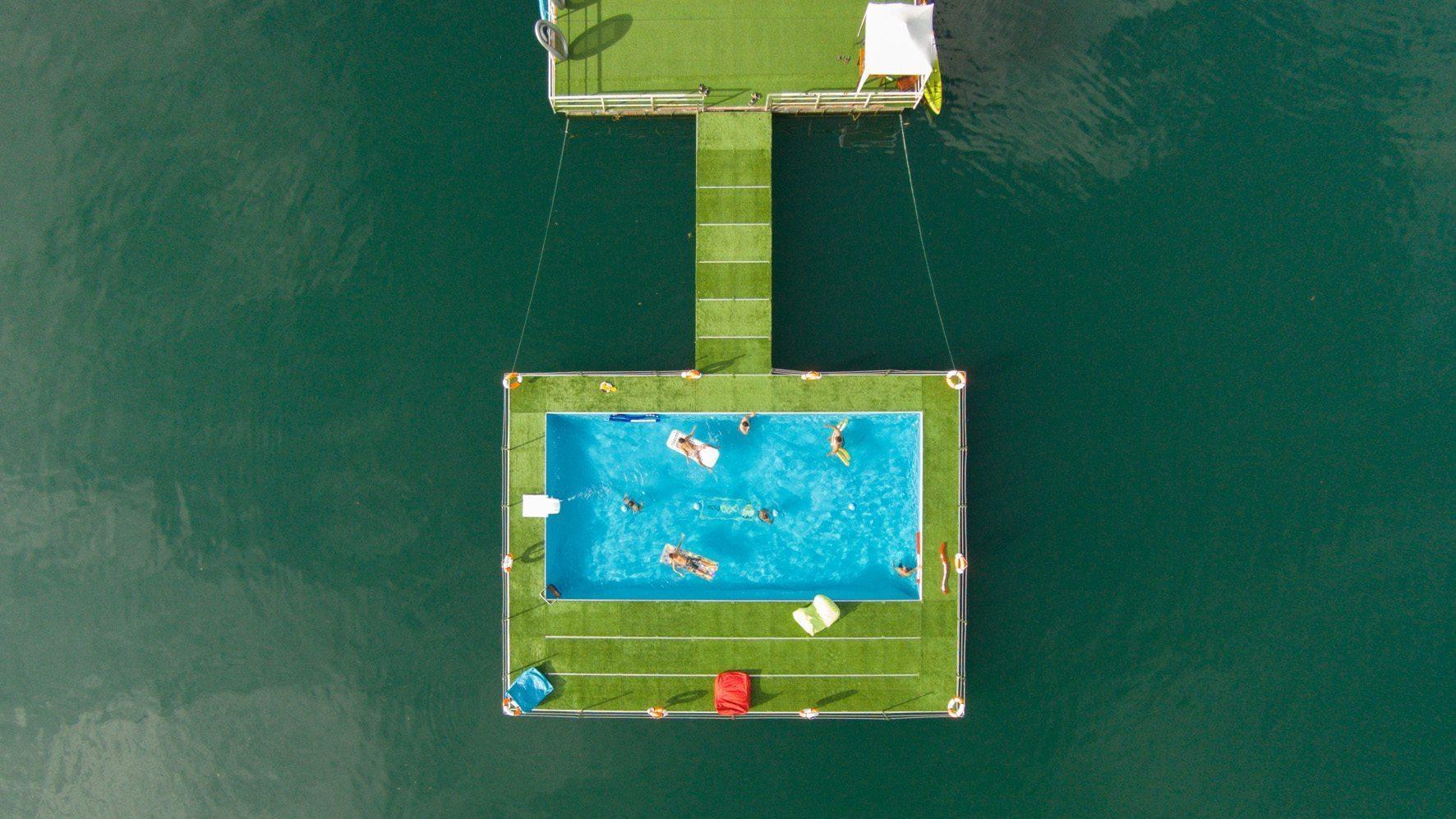 une piscine flottante.