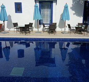 Rénovation d'une piscine avec une mosaïque d'émaux de…