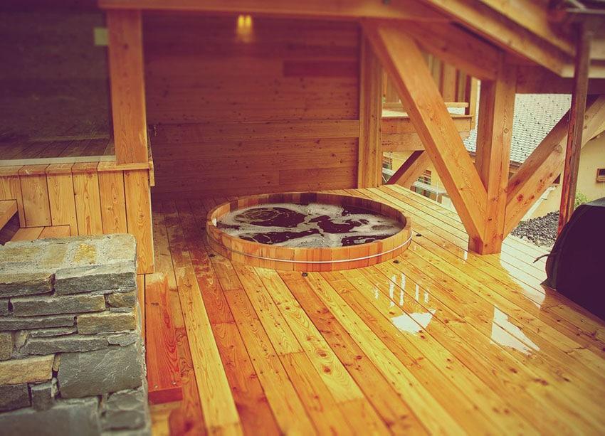 Spa rond en bois encastré dans terrasse