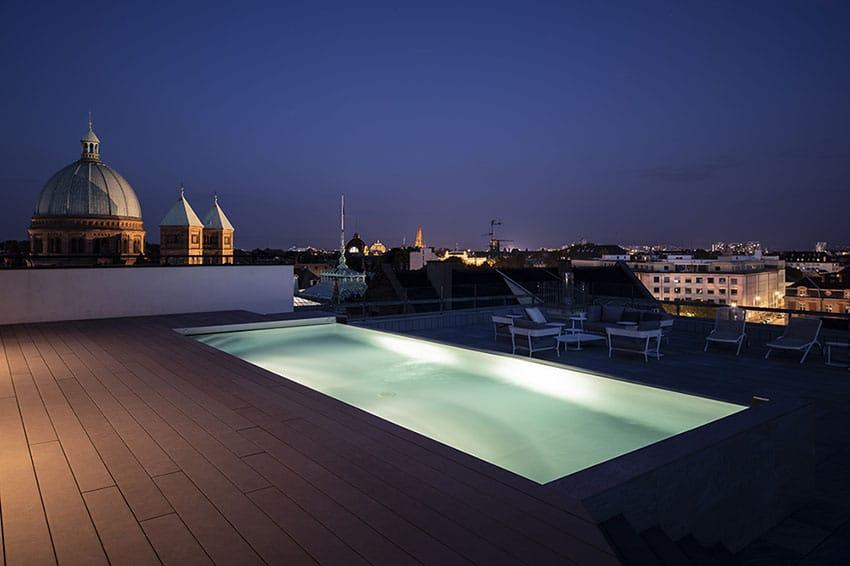 piscine sur toit-terrasse à strasbourg de nuit