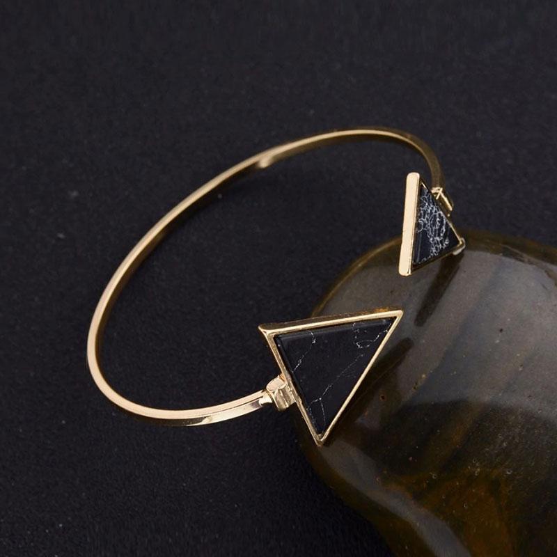Χρυσό βραχιόλι triangle & marble effect σε μαύρο χρώμα