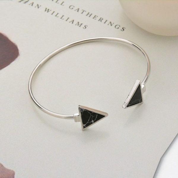 Ασημί βραχιόλι triangle & marble effect σε μαύρο χρώμα