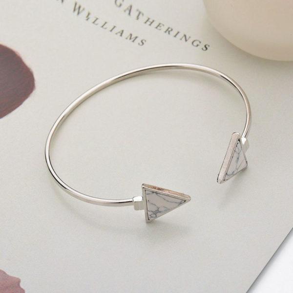Ασημί βραχιόλι triangle & marble effect σε λευκό χρώμα