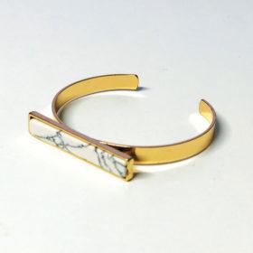 Χρυσό βραχιόλι marble effect σε λευκό χρώμα