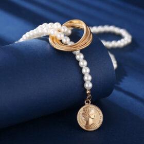 Κολιέ Vintage Queen Coin με Λευκές Πέρλες & Χρυσό ΚούμπωμαΚολιέ Vintage Queen Coin με Λευκές Πέρλες & Χρυσό Κούμπωμα