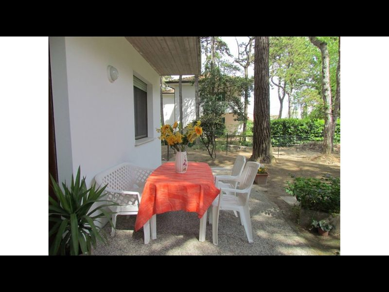 Three-room apartment in villa - ground floor - private garden
