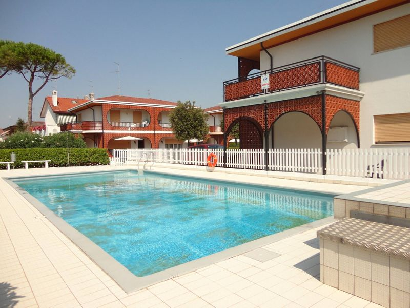 Beautiful villa with garden and pool for 8 people