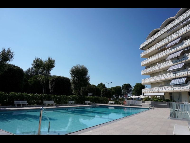 Beautiful Beachfront Apartment-pool-a/c