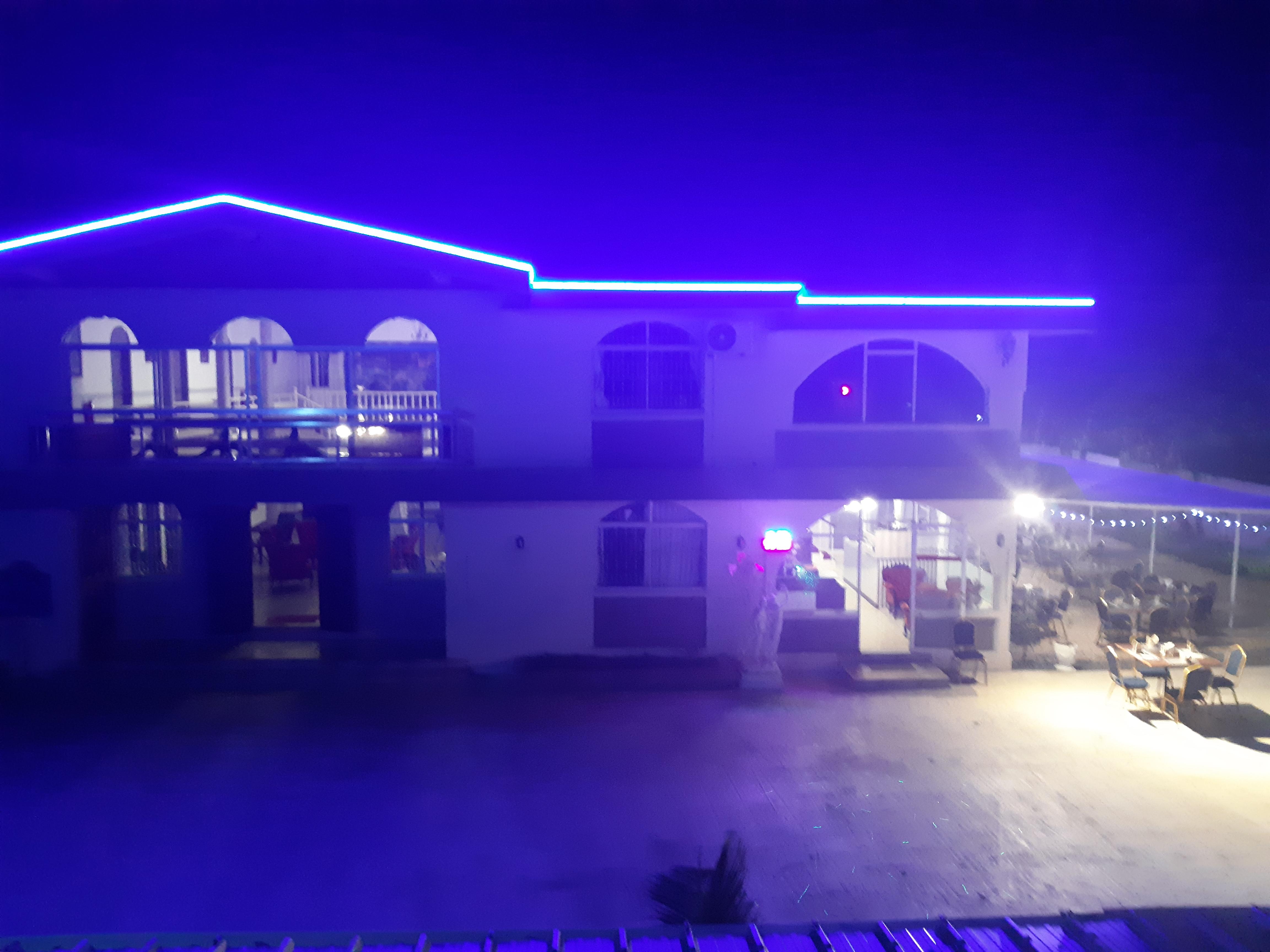 Das Palais Otentik Restaurant n Hotel in Pointe aux Cannonier ist gut gelegen