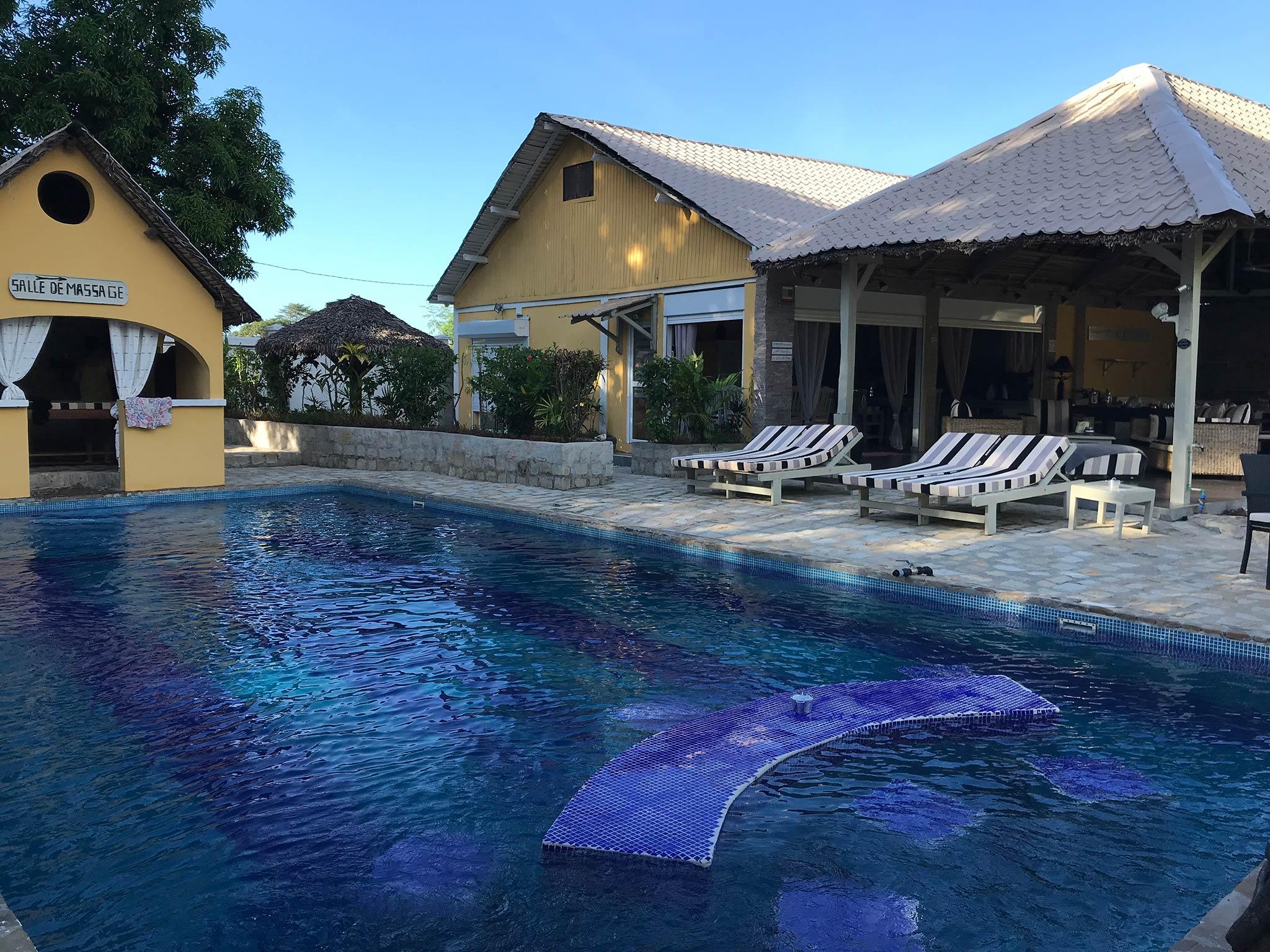 Entspannen Sie sich den ganzen Tag ber am Pool und genieen Sie die Annehmlichkeiten Ihres Bungalows