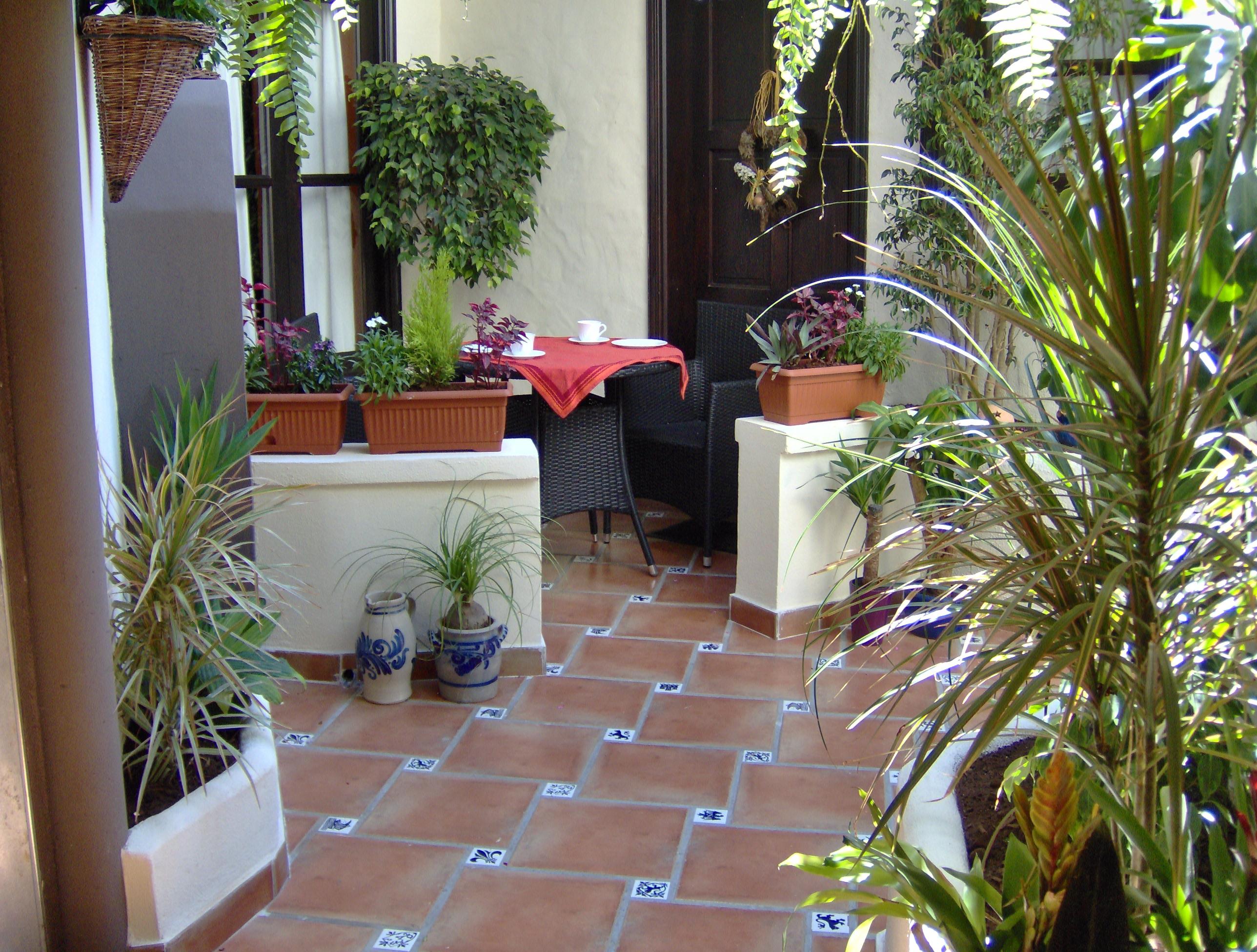 Mediterrane Ferienwohnung mit kleiner Innenhof terrasse