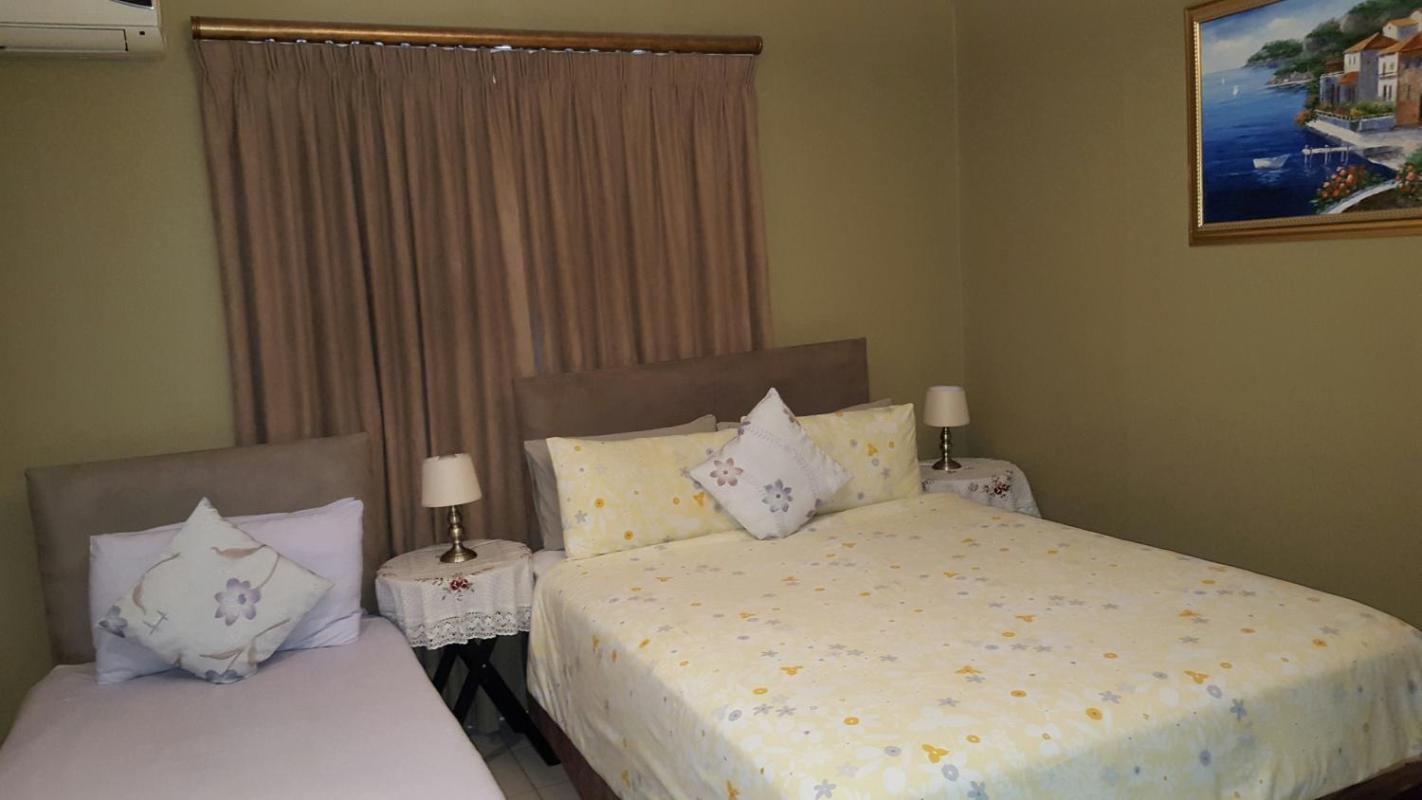 Savoy Lodge - schones Budget Triple Room 2  in Südafrika