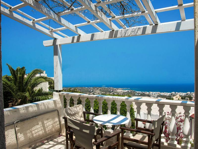 Entire private Suite Sea Full View with balcony, shared pool and Air conditionin