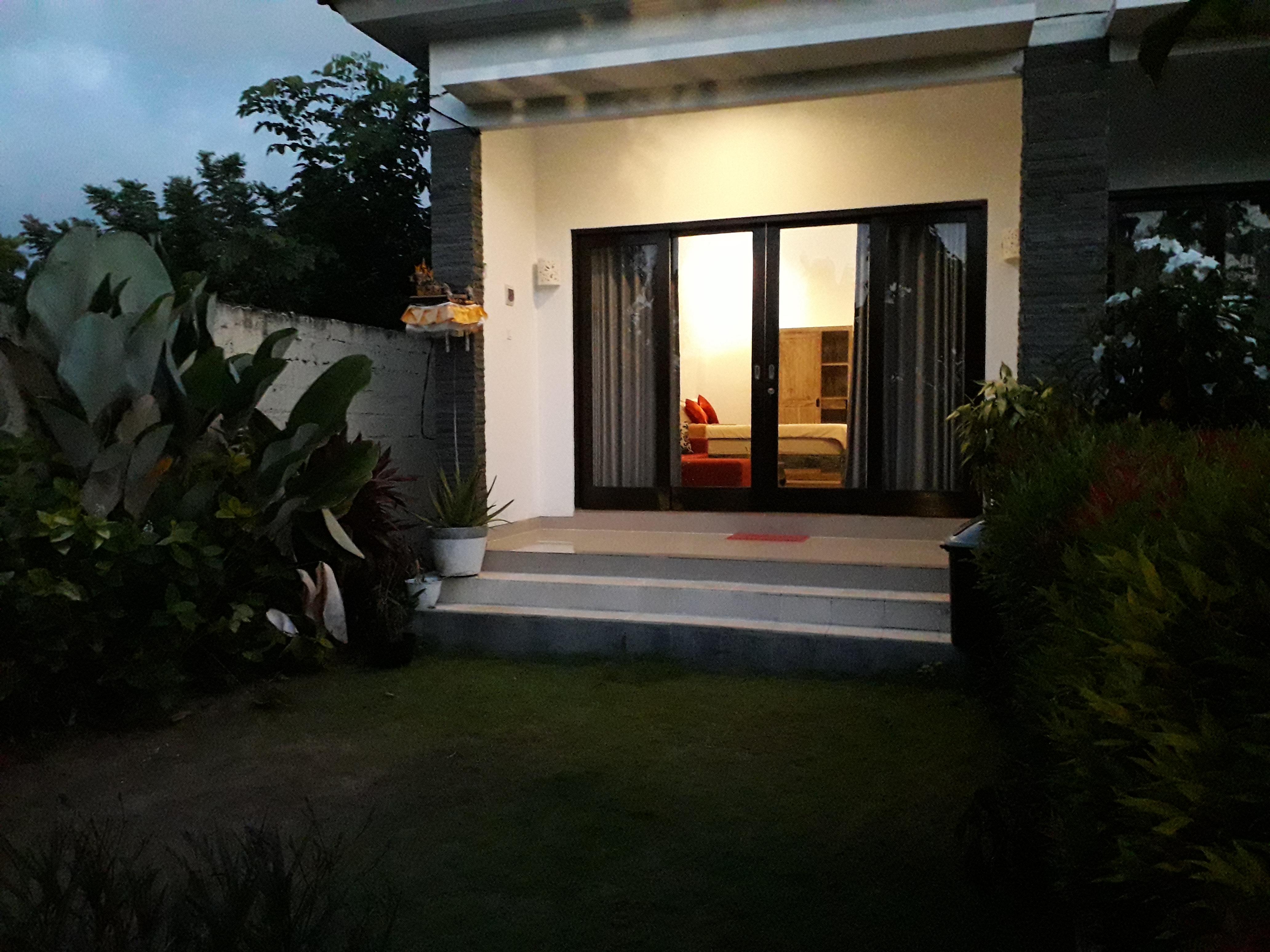 Das Jumahe Home befindet sich im zentralen Bukit in South Kuta, umgeben von Strand
