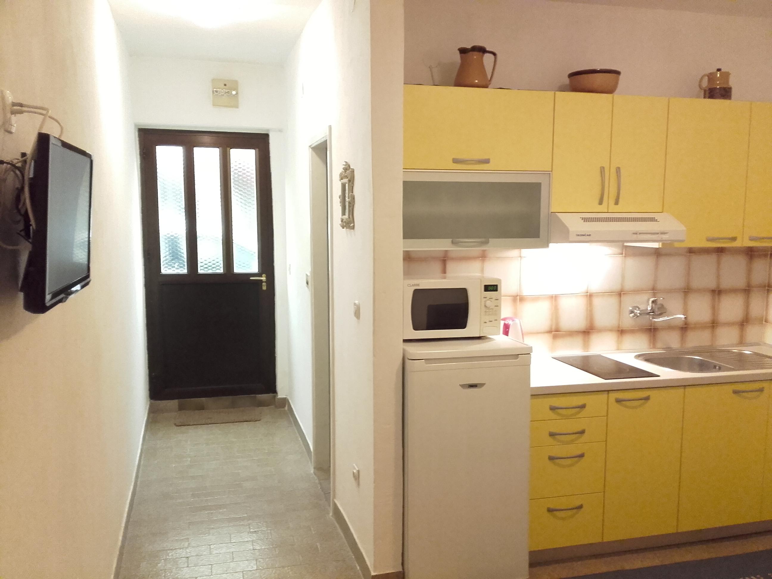 die modern eingerichtete ferienwohnung befindet sich in einer wohnung house. Black Bedroom Furniture Sets. Home Design Ideas