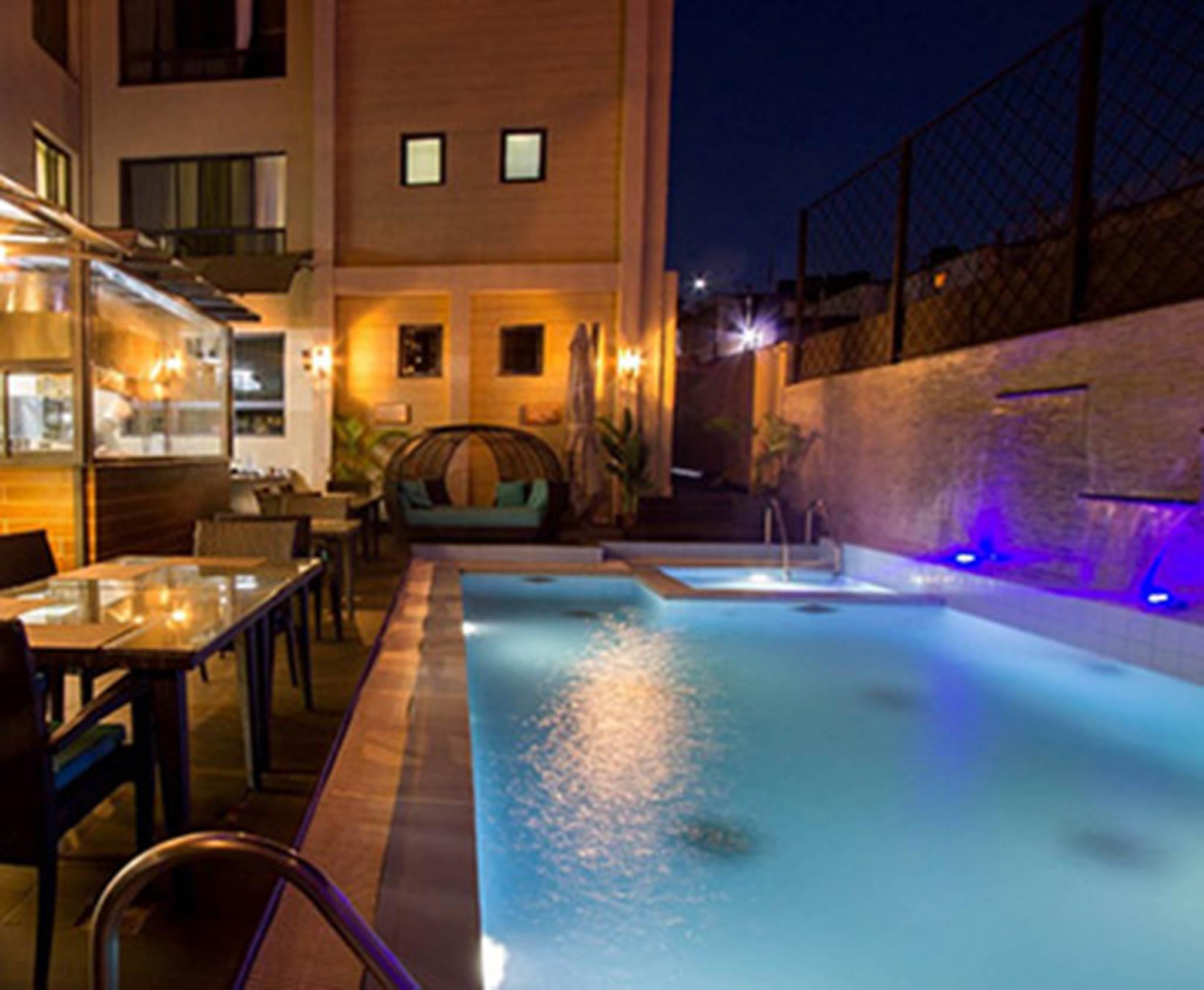 bernachten Sie in den Landmark Suites, entspannen Sie am Pool und genieen Sie die Annehmlichkeiten
