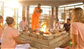 En kvinna besöker ett yoga och meditationsretreat under sin resa till Indien