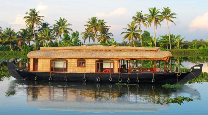Husbåt som reser genom Indien