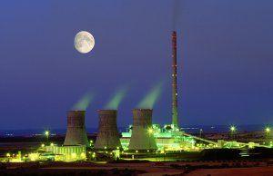 Central eléctrica térmica funcionando de noche