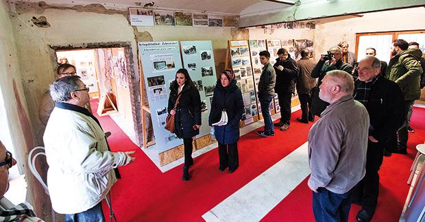 2: Deutsche Geschichte: Führung vor Ort Besuchergruppe im Inneren der Ausstellungsräume.