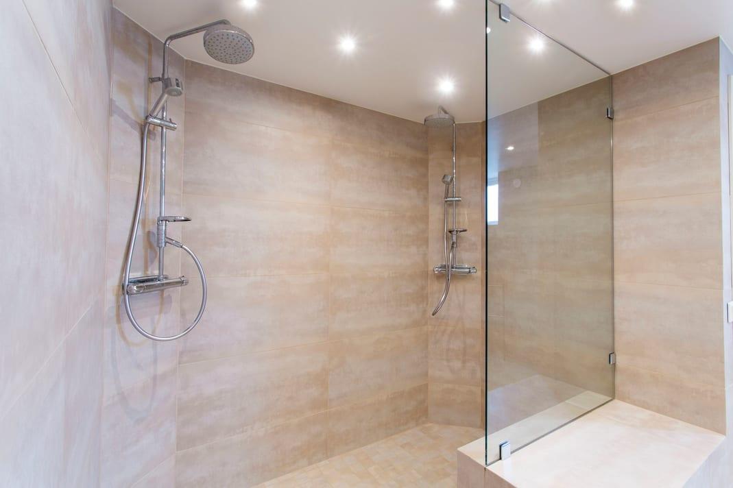Douche à l'italienne ou cabine de douche: Avantages et Inconvénients