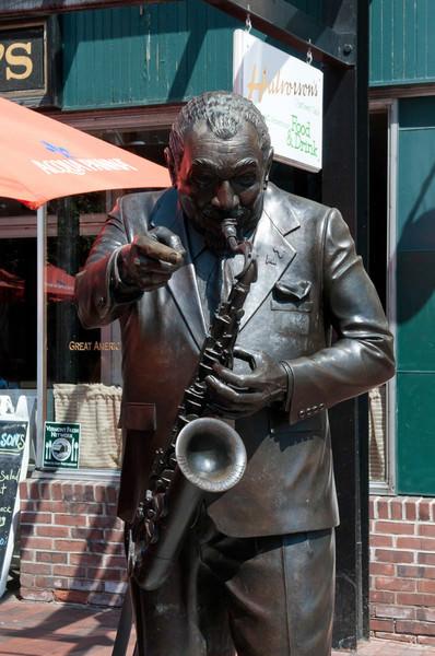 Памятники джазовым музыкантам Биг Джо Баррелл JazzPeople