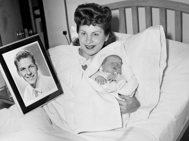 Нэнси Синатра держит на руках сына Фрэнка младшего