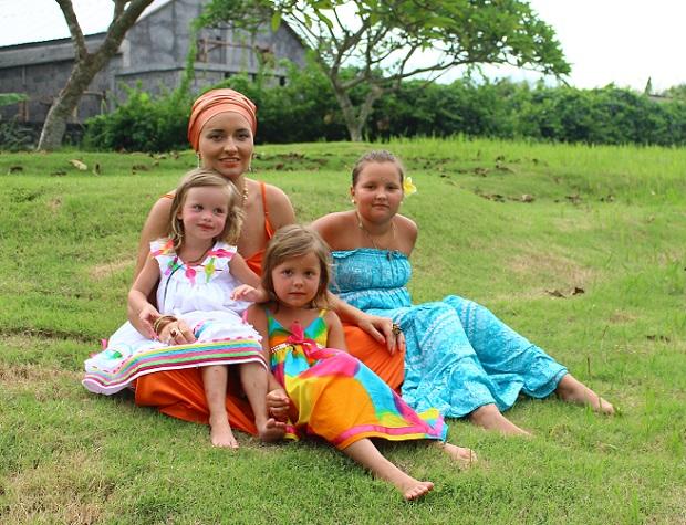 Мария Семушкина с тремя дочерьми