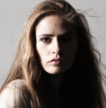 ЕленаЛипаева- солистка, создатель и музыкальныйруководительколлектива Elena et les Garçons («Элена и ребята»)