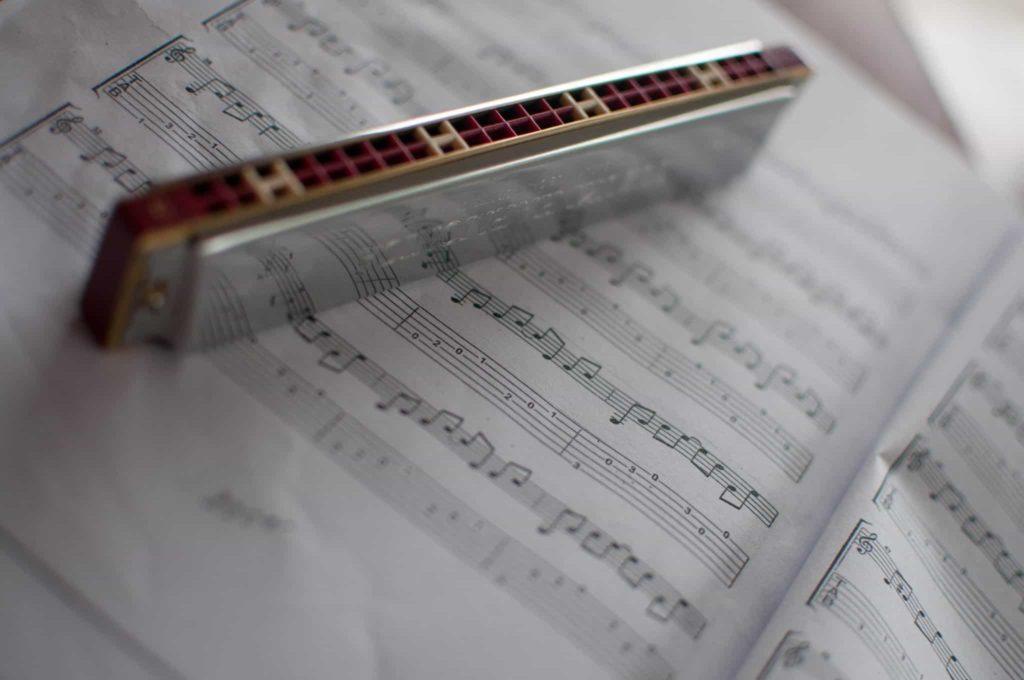 Как научиться играть на губной гармошке